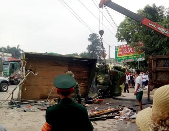 Xe tải chở bộ đội bị lật, nhiều chiến sĩ bị thương ảnh 2