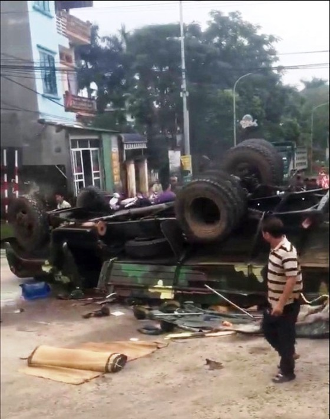 Xe tải chở bộ đội bị lật, nhiều chiến sĩ bị thương ảnh 1