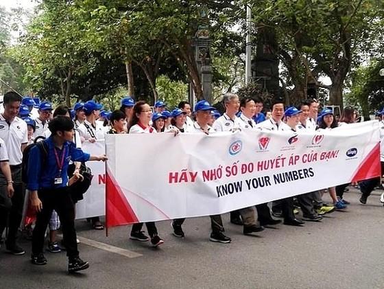 """Hàng ngàn người dân thủ đô tham gia Chương trình đi bộ """"Vì sức khỏe tim mạch""""  ảnh 1"""