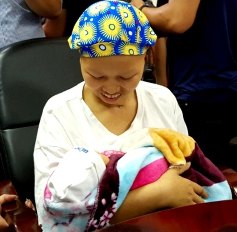 Mẹ con bé Bình An ra viện - Điều kỳ diệu và hạnh phúc ảnh 1