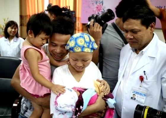 Mẹ con bé Bình An ra viện - Điều kỳ diệu và hạnh phúc ảnh 2