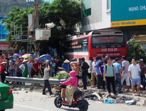 Đổ dốc cầu Bãi Cháy, xe khách mất lái gây tai nạn liên hoàn ảnh 1