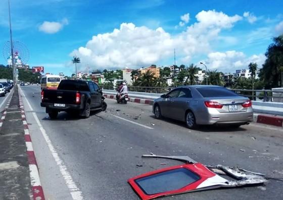 Đổ dốc cầu Bãi Cháy, xe khách mất lái gây tai nạn liên hoàn ảnh 2