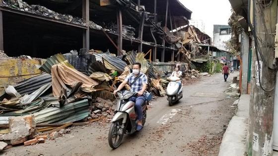 Chợ vẫn họp xung quanh khu vực xảy ra vụ cháy Công ty Rạng Đông ảnh 3