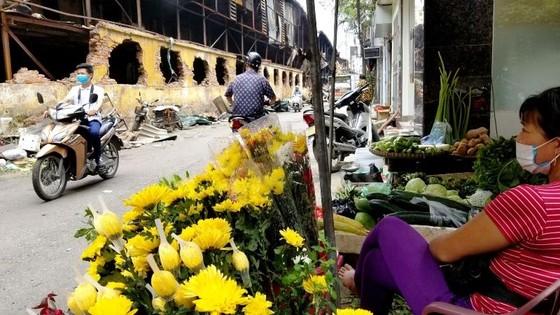 Chợ vẫn họp xung quanh khu vực xảy ra vụ cháy Công ty Rạng Đông ảnh 8