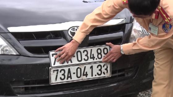 Phát hiện ô tô dùng hàng loạt biển số giả vận chuyển pháo lậu ảnh 2