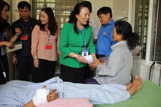 Thứ trưởng Bộ GD-ĐT thăm thí sinh bỏ thi giữa chừng vì vết thương rắn cắn ảnh 1