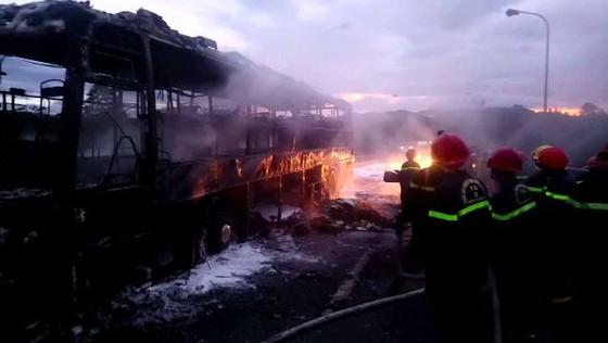 Cháy rụi xe giường nằm đang chở 40 hành khách đi TPHCM ảnh 1