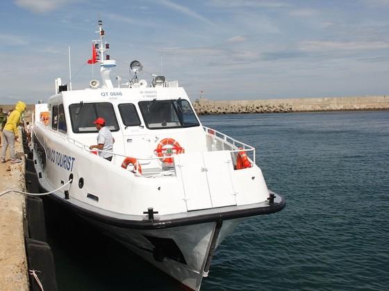 Vận hành tàu biển 22 tỷ đồng vận chuyển hành khách ra đảo Cồn Cỏ ảnh 1