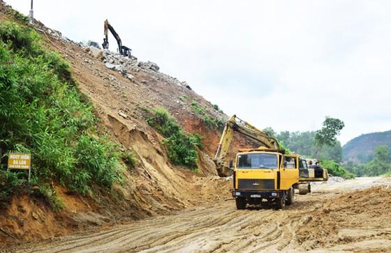 Khẩn cấp khắc phục sạt lở đất đường đi thủy điện Hương Điền ảnh 1