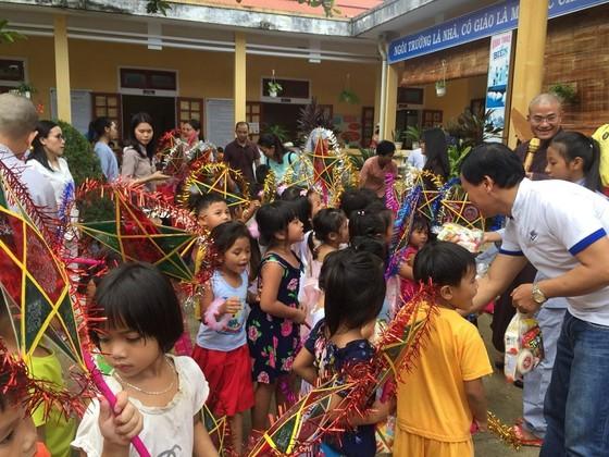 Nhiều phần quà cho học sinh nghèo nhân dịp tết Trung thu ảnh 1