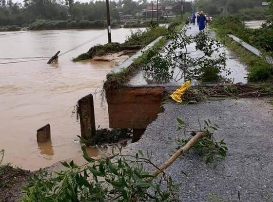 Nhiều khu vực tại Thừa Thiên - Huế bị chia cắt vì mưa lũ ảnh 4
