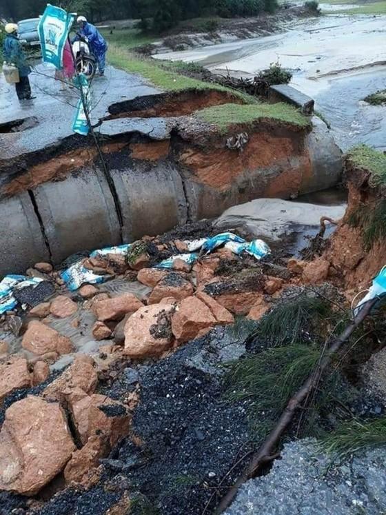 Nhiều khu vực tại Thừa Thiên - Huế bị chia cắt vì mưa lũ ảnh 5