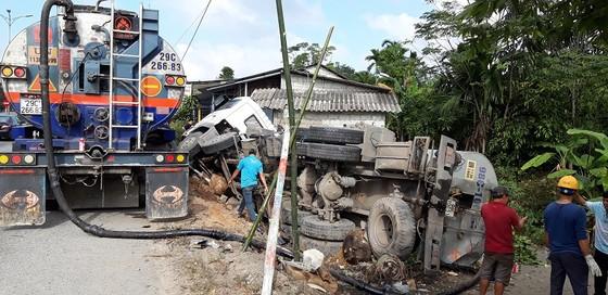 Giải cứu xe chở 15 tấn nhựa đường húc nhà dân ảnh 2