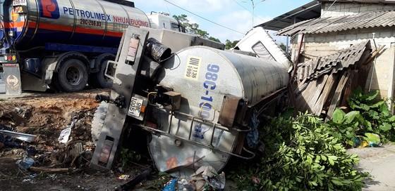 Giải cứu xe chở 15 tấn nhựa đường húc nhà dân ảnh 1