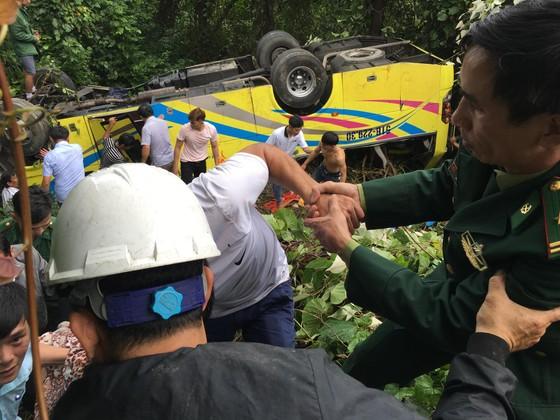 Xe khách chở 26 người rơi xuống vực đèo Hải Vân, đã có 1 người tử vong ảnh 11