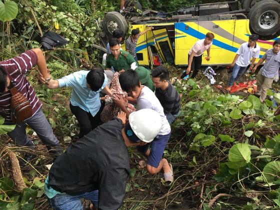 Xe khách chở 26 người rơi xuống vực đèo Hải Vân, đã có 1 người tử vong ảnh 12