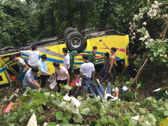 Xe khách chở 26 người rơi xuống vực đèo Hải Vân, đã có 1 người tử vong ảnh 17