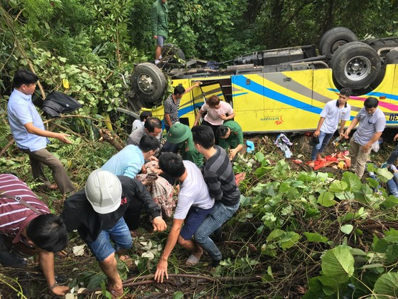 Xe khách chở 26 người rơi xuống vực đèo Hải Vân, đã có 1 người tử vong ảnh 20