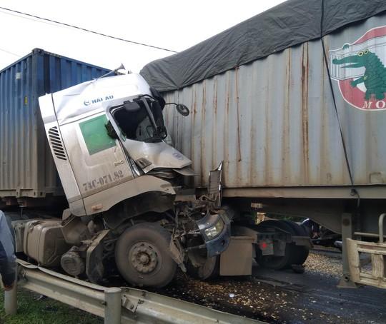 Container húc nhau trên QL 9 khiến 2 tài xế thương vong  ảnh 1