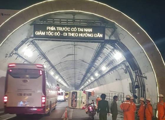 Lật xe khách trong hầm Hải Vân khiến 5 người bị thương ảnh 1