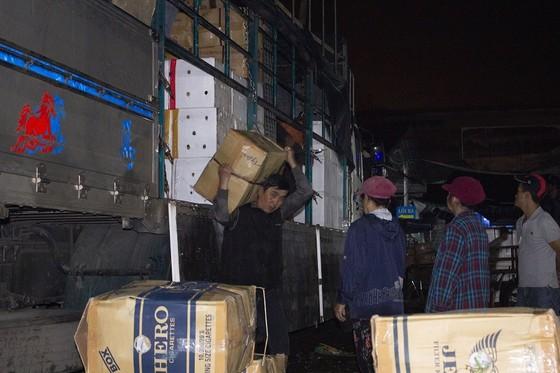 Nhọc nhằn phận nữ bốc vác tại chợ Đông Ba ngày giáp Tết   ảnh 2