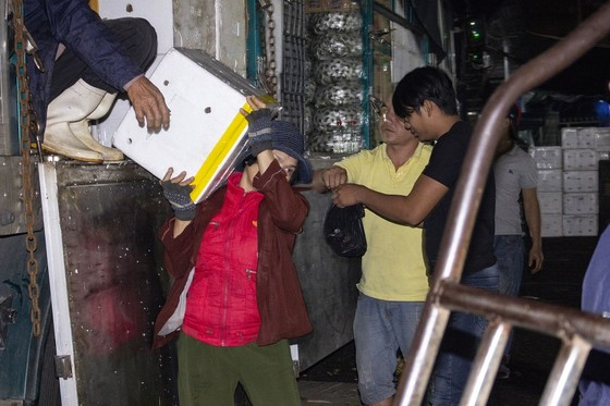Nhọc nhằn phận nữ bốc vác tại chợ Đông Ba ngày giáp Tết   ảnh 5