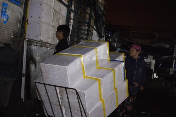 Nhọc nhằn phận nữ bốc vác tại chợ Đông Ba ngày giáp Tết   ảnh 9