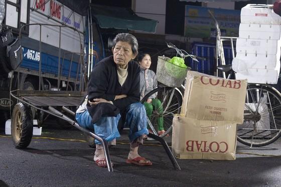 Nhọc nhằn phận nữ bốc vác tại chợ Đông Ba ngày giáp Tết   ảnh 7