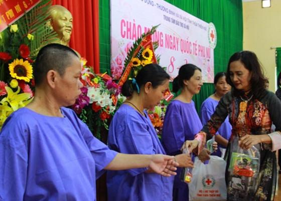 Tặng quà Quốc tế phụ nữ cho 100 bệnh nhân khuyết tật ảnh 1