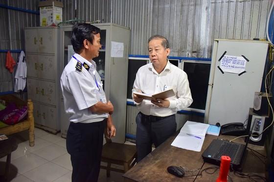 Chủ tịch UBND tỉnh Thừa Thiên – Huế kiểm tra chốt kiểm dịch lúc nửa đêm ảnh 1