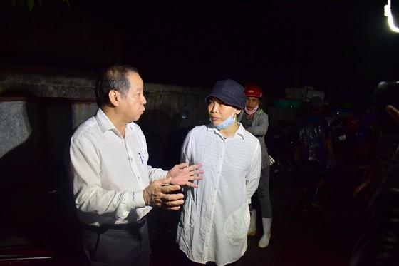 Chủ tịch UBND tỉnh Thừa Thiên – Huế kiểm tra chốt kiểm dịch lúc nửa đêm ảnh 2
