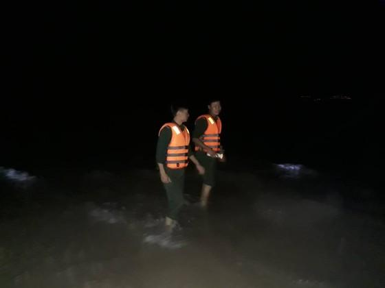 Nỗ lực tìm kiếm người mất tích khi cứu 2 sinh viên bị sóng biển cuốn trôi ảnh 1