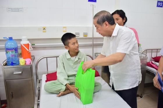 Chủ tịch UBND tỉnh Thừa Thiên – Huế đến từng giường bệnh tặng quà quốc tế thiếu nhi ảnh 1