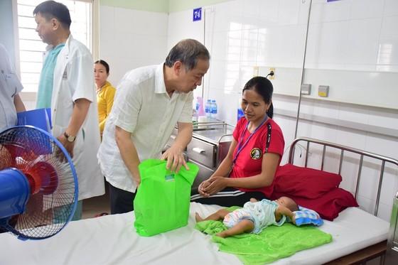 Chủ tịch UBND tỉnh Thừa Thiên – Huế đến từng giường bệnh tặng quà quốc tế thiếu nhi ảnh 2