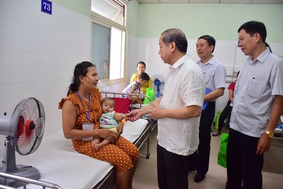 Chủ tịch UBND tỉnh Thừa Thiên – Huế đến từng giường bệnh tặng quà quốc tế thiếu nhi ảnh 3
