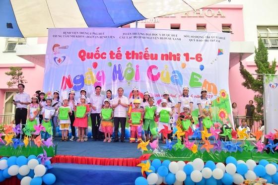 Chủ tịch UBND tỉnh Thừa Thiên – Huế đến từng giường bệnh tặng quà quốc tế thiếu nhi ảnh 4