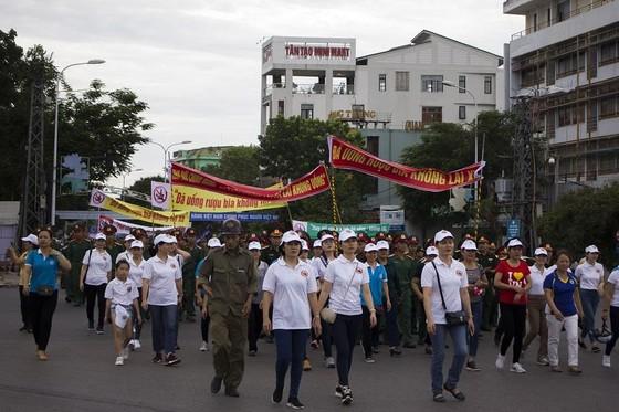 """Hơn 1.500 người đi bộ kêu gọi mọi người """"Không lái xe khi đã uống rượu bia"""" ảnh 2"""