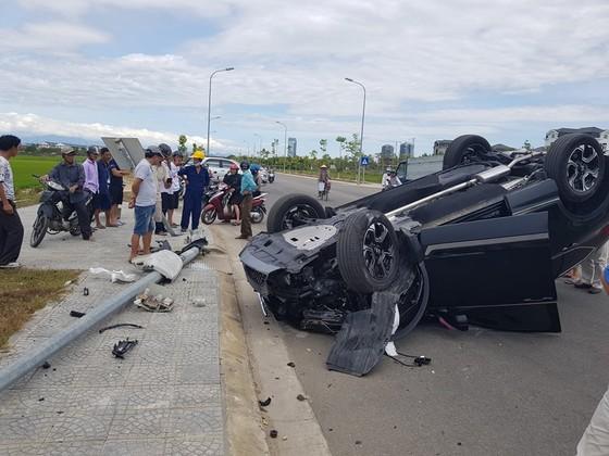 Tông cột điện, ô tô hiệu CR-V lật ngửa bụng khiến 2 người bị thương ảnh 1
