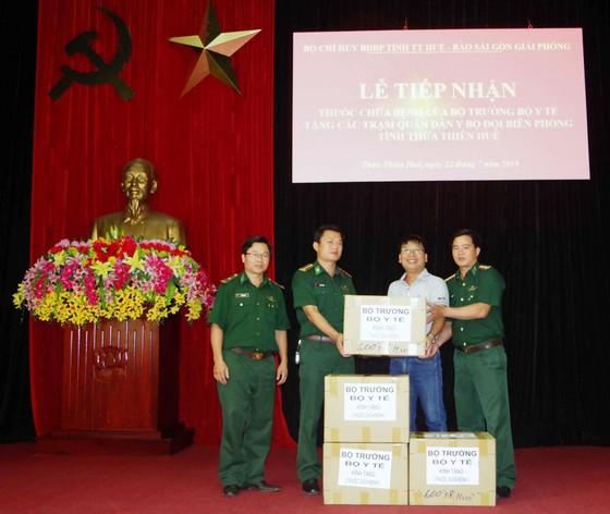 Bộ trưởng Bộ Y tế Nguyễn Thị Kim Tiến tặng thuốc chữa bệnh cho đồng bào Trường Sơn ảnh 1