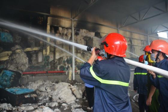 Nhai bánh mì, uống nước lọc cầm hơi cứu kho sợi 700 tấn hết cháy rồi lại cháy ảnh 1