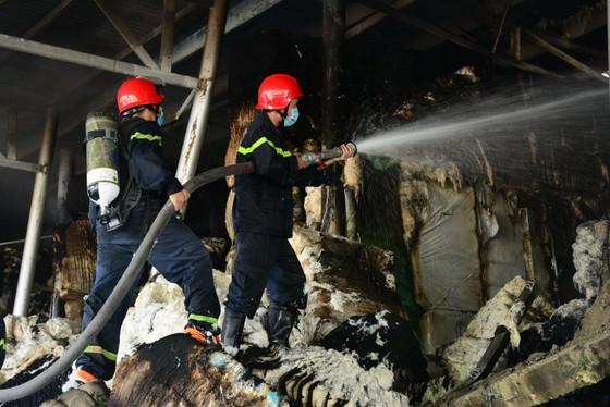 Nhai bánh mì, uống nước lọc cầm hơi cứu kho sợi 700 tấn hết cháy rồi lại cháy ảnh 3