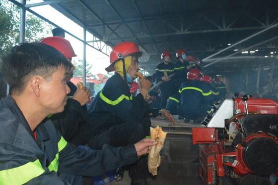 Nhai bánh mì, uống nước lọc cầm hơi cứu kho sợi 700 tấn hết cháy rồi lại cháy ảnh 5