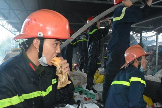 Nhai bánh mì, uống nước lọc cầm hơi cứu kho sợi 700 tấn hết cháy rồi lại cháy ảnh 6