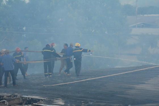 Nhai bánh mì, uống nước lọc cầm hơi cứu kho sợi 700 tấn hết cháy rồi lại cháy ảnh 4
