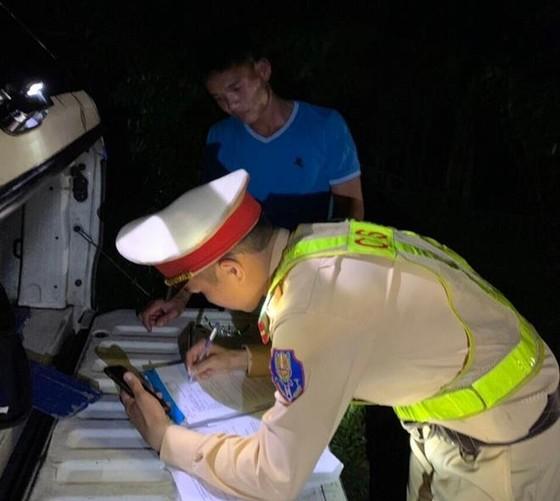Tước giấy phép lái xe tài xế điều khiển ô tô giường nằm vượt ẩu trong hầm Hải Vân ảnh 1