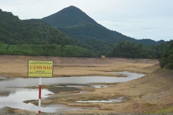 Hồ thủy lợi cạn nước, thủy điện dừng phát điện ảnh 2