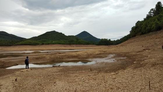 Hồ thủy lợi cạn nước, thủy điện dừng phát điện ảnh 3