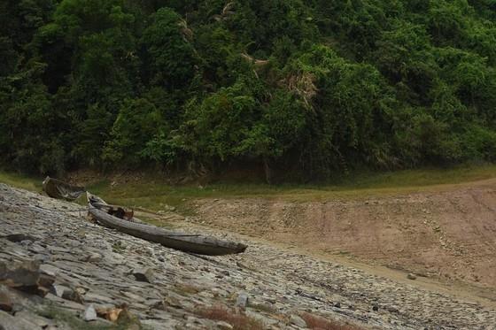 Hồ thủy lợi cạn nước, thủy điện dừng phát điện ảnh 1
