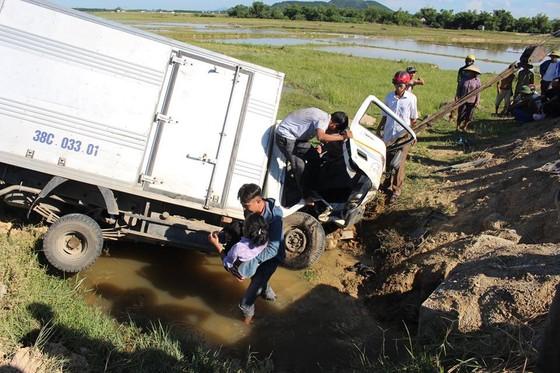 Xe ô tô đâm xuống mương nước khiến 3 người bị thương ảnh 1